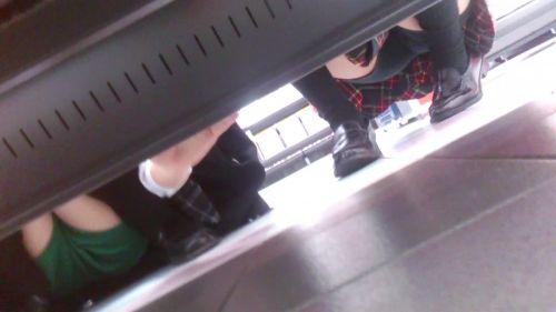 【画像】ビデオ店で制服を着たJKの棚下パンチラがエロ過ぎたwww 34枚 No.33