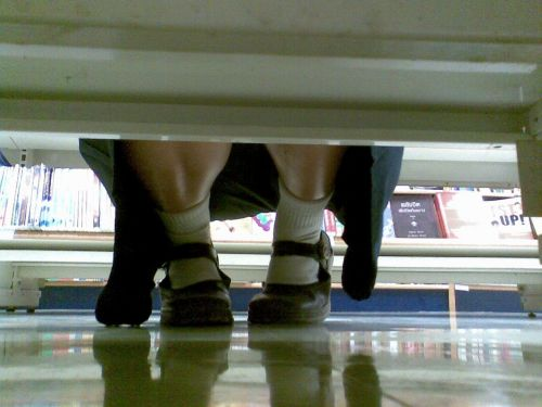 【画像】ビデオ店で制服を着たJKの棚下パンチラがエロ過ぎたwww 34枚 No.34