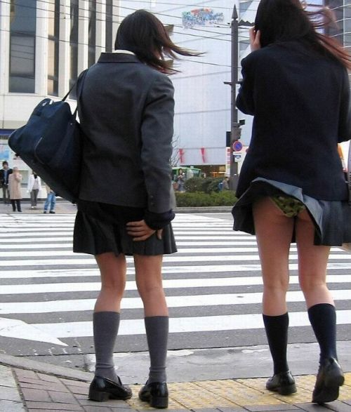 JKのスカートが舞い上がる神風パンチラが芸術的なエロ画像 36枚 No.3