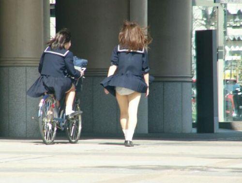 JKのスカートが舞い上がる神風パンチラが芸術的なエロ画像 36枚 No.4