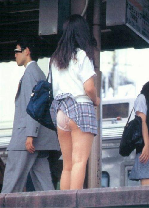 JKのスカートが舞い上がる神風パンチラが芸術的なエロ画像 36枚 No.5