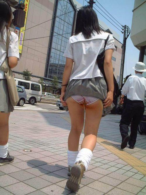 JKのスカートが舞い上がる神風パンチラが芸術的なエロ画像 36枚 No.9
