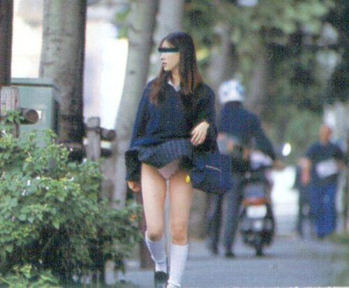JKのスカートが舞い上がる神風パンチラが芸術的なエロ画像 36枚 No.12