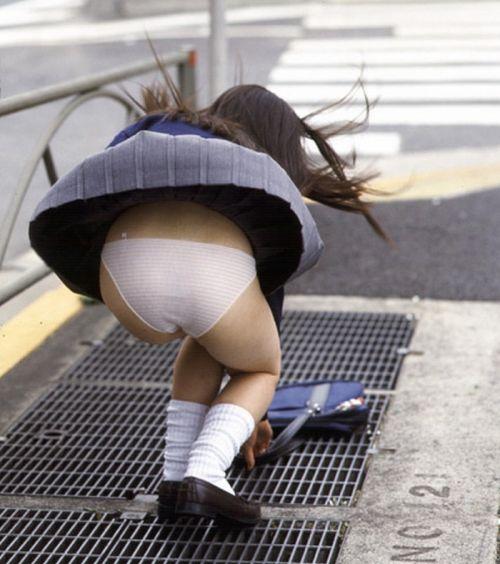 JKのスカートが舞い上がる神風パンチラが芸術的なエロ画像 36枚 No.30