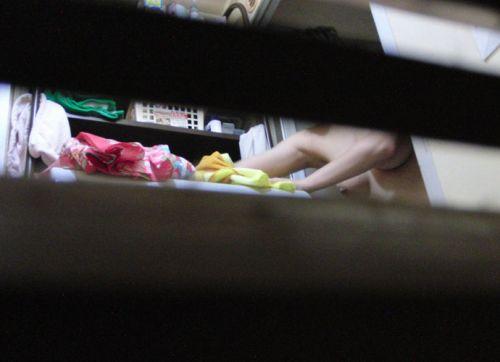 家の洗面所・脱衣所で着替えてる巨乳お姉さんを盗撮したったwww 36枚 No.32