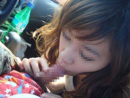 チンコ好きな彼女が家まで待てずに車内でフェラチオしちゃうエロ画像 38枚 No.1