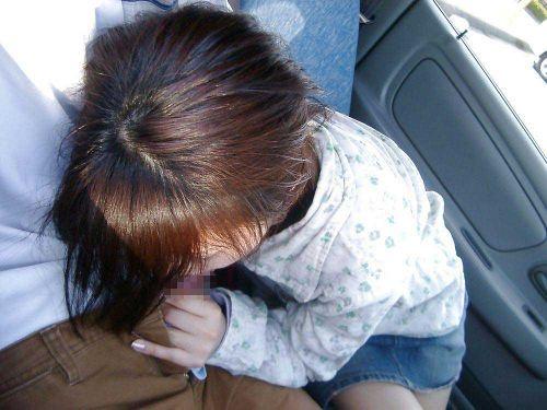 チンコ好きな彼女が家まで待てずに車内でフェラチオしちゃうエロ画像 38枚 No.5