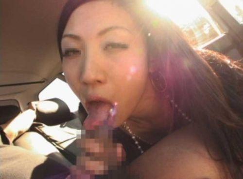 チンコ好きな彼女が家まで待てずに車内でフェラチオしちゃうエロ画像 38枚 No.11