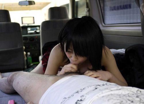 チンコ好きな彼女が家まで待てずに車内でフェラチオしちゃうエロ画像 38枚 No.17