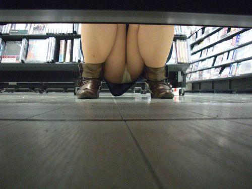 【ビデオ店盗撮画像】ミニスカ娘の棚下パンチラが股間むき出しwww 32枚 No.4