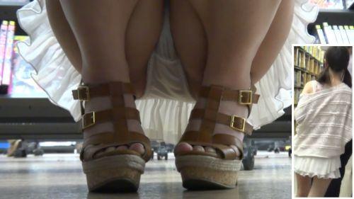 【ビデオ店盗撮画像】ミニスカ娘の棚下パンチラが股間むき出しwww 32枚 No.6