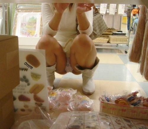 【ビデオ店盗撮画像】ミニスカ娘の棚下パンチラが股間むき出しwww 32枚 No.20