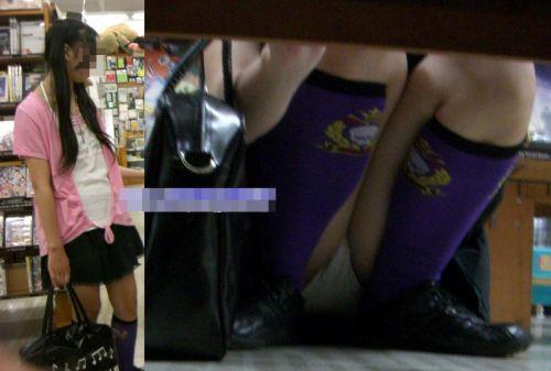 【ビデオ店盗撮画像】ミニスカ娘の棚下パンチラが股間むき出しwww 32枚 No.24
