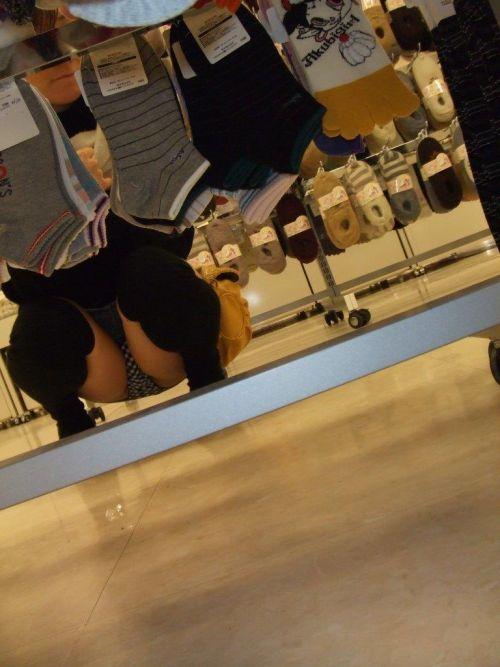 【ビデオ店盗撮画像】ミニスカ娘の棚下パンチラが股間むき出しwww 32枚 No.26