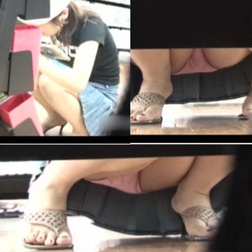 【ビデオ店盗撮画像】ミニスカ娘の棚下パンチラが股間むき出しwww 32枚 No.31