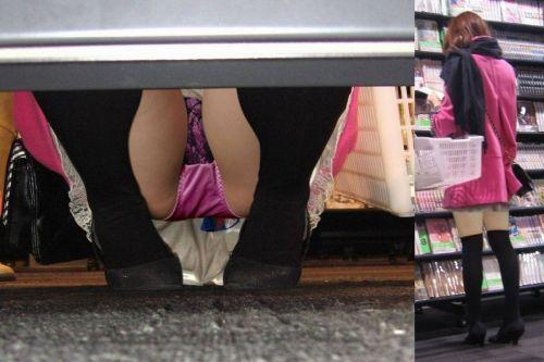 【ビデオ店盗撮画像】ミニスカ娘の棚下パンチラが股間むき出しwww 32枚 No.32