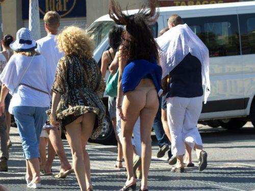 風でスカートが舞い上がりTバックお尻が丸出しな外国人のエロ画像 39枚 No.1