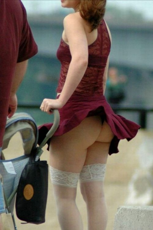 風でスカートが舞い上がりTバックお尻が丸出しな外国人のエロ画像 39枚 No.4