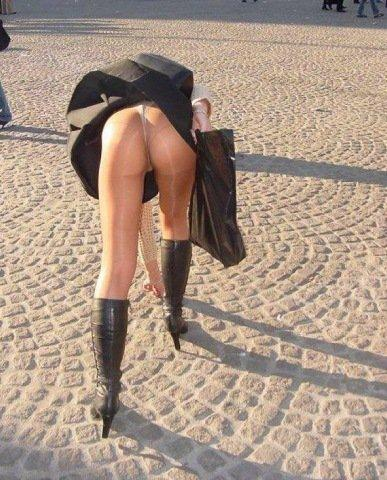 風でスカートが舞い上がりTバックお尻が丸出しな外国人のエロ画像 39枚 No.8