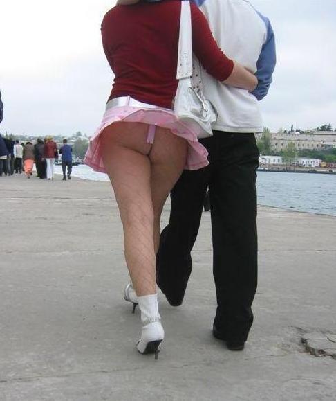 風でスカートが舞い上がりTバックお尻が丸出しな外国人のエロ画像 39枚 No.20
