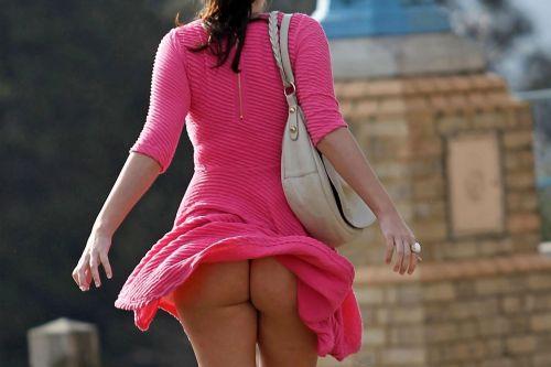 風でスカートが舞い上がりTバックお尻が丸出しな外国人のエロ画像 39枚 No.25