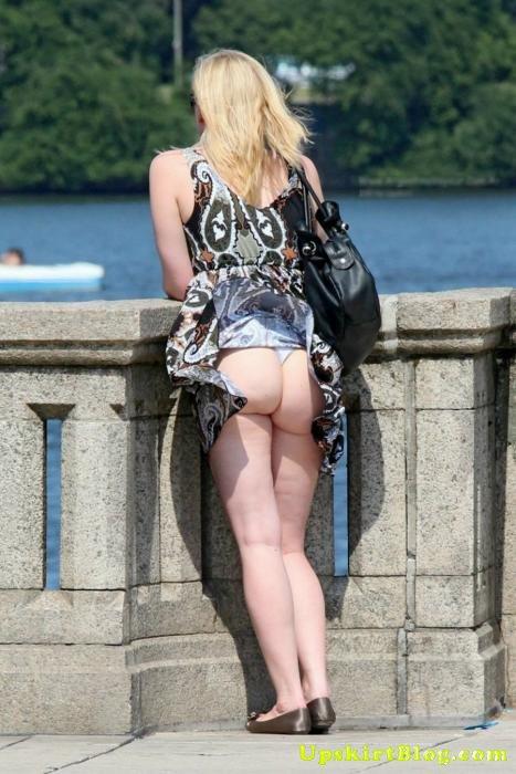 風でスカートが舞い上がりTバックお尻が丸出しな外国人のエロ画像 39枚 No.31
