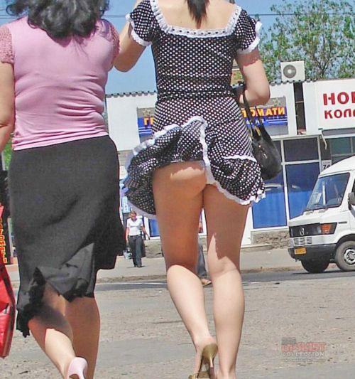 風でスカートが舞い上がりTバックお尻が丸出しな外国人のエロ画像 39枚 No.33