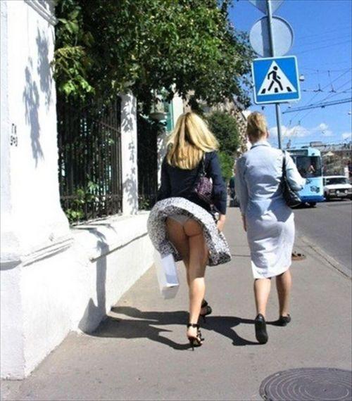 風でスカートが舞い上がりTバックお尻が丸出しな外国人のエロ画像 39枚 No.34