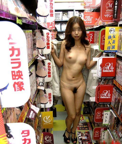 ショップ内や車内など屋内で全裸露出しちゃう女の子のエロ画像 36枚 No.18