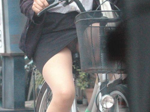 【自転車盗撮画像】スーツ姿のOLさんのパンチラや太ももがエロ過ぎwww 31枚 No.1