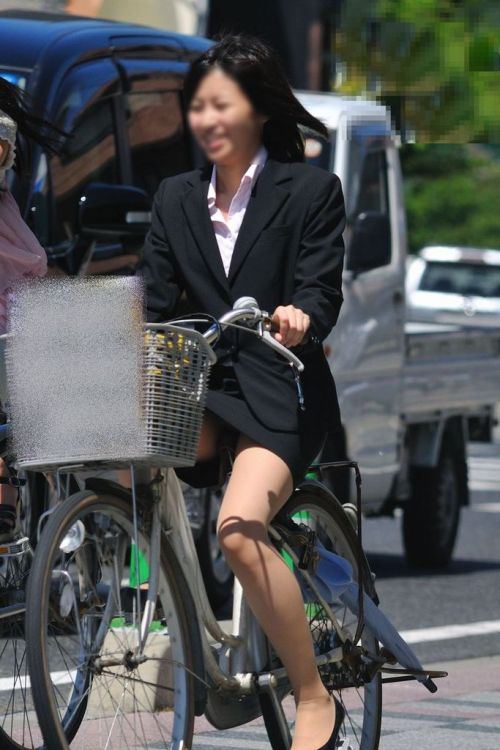 【自転車盗撮画像】スーツ姿のOLさんのパンチラや太ももがエロ過ぎwww 31枚 No.7