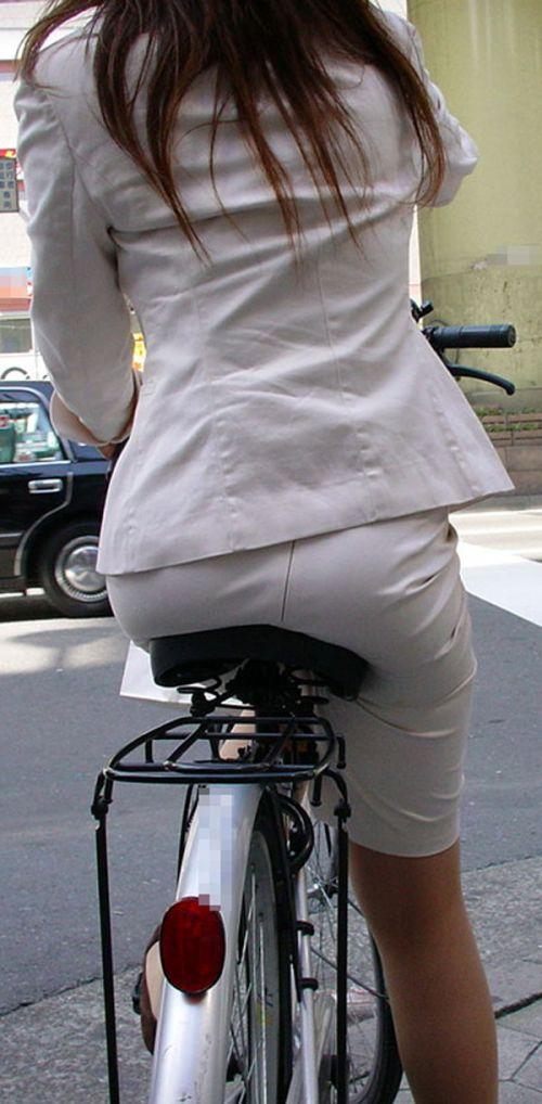 【自転車盗撮画像】スーツ姿のOLさんのパンチラや太ももがエロ過ぎwww 31枚 No.9