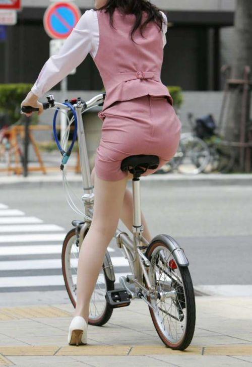 【自転車盗撮画像】スーツ姿のOLさんのパンチラや太ももがエロ過ぎwww 31枚 No.13