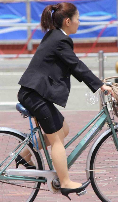 【自転車盗撮画像】スーツ姿のOLさんのパンチラや太ももがエロ過ぎwww 31枚 No.18