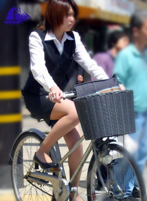 【自転車盗撮画像】スーツ姿のOLさんのパンチラや太ももがエロ過ぎwww 31枚 No.23