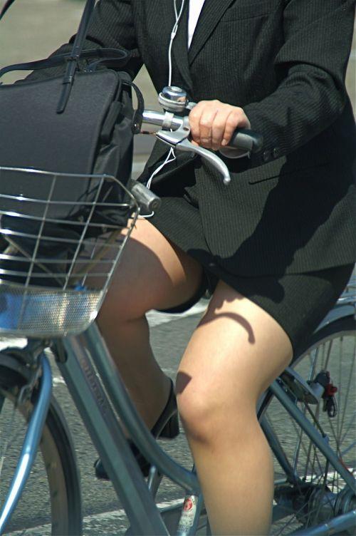 【自転車盗撮画像】スーツ姿のOLさんのパンチラや太ももがエロ過ぎwww 31枚 No.24