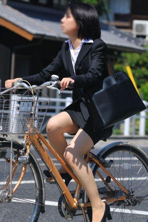 【自転車盗撮画像】スーツ姿のOLさんのパンチラや太ももがエロ過ぎwww 31枚 No.26
