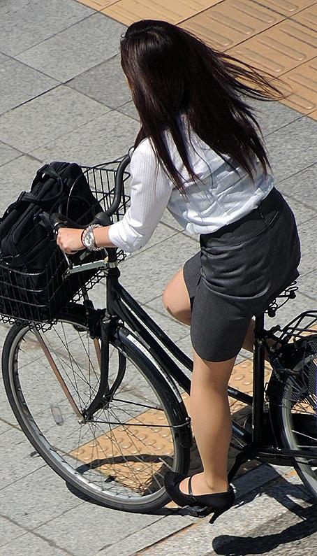 【自転車盗撮画像】スーツ姿のOLさんのパンチラや太ももがエロ過ぎwww 31枚 No.31