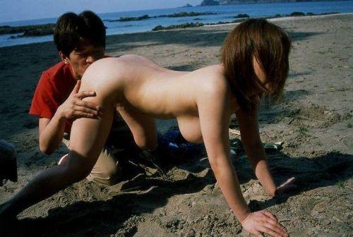 露出狂同士のカップルが野外セックスで興奮しちゃう青姦エロ画像 32枚 No.12