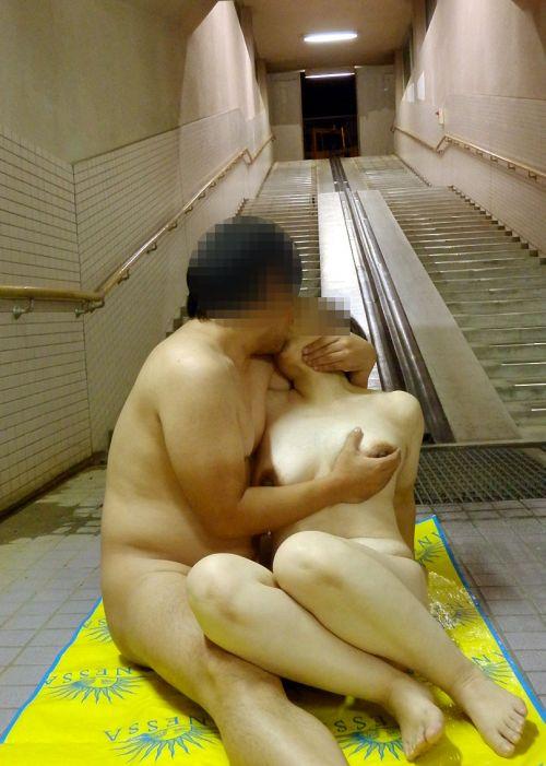 露出狂同士のカップルが野外セックスで興奮しちゃう青姦エロ画像 32枚 No.18