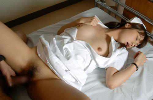 病院のベッドでナースのオマンコに挿入セックスしてるエロ画像 33枚 No.14