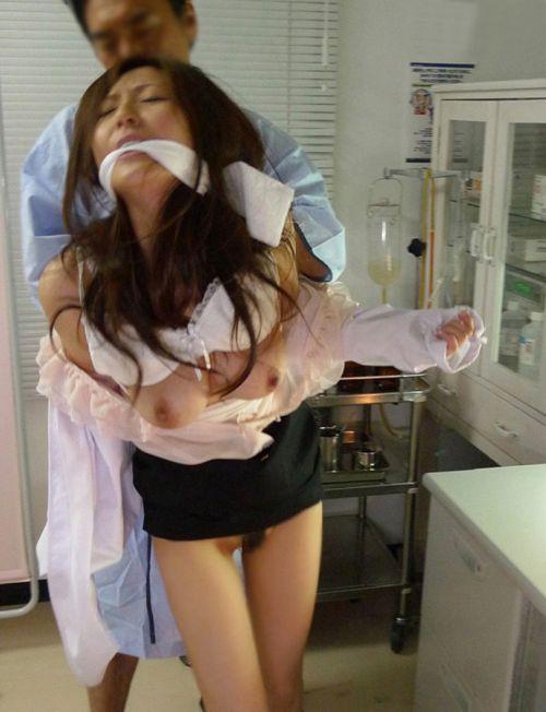 病院のベッドでナースのオマンコに挿入セックスしてるエロ画像 33枚 No.23