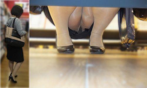 【ビデオ店盗撮】熟女のドスケベ股間がセクシーな棚下パンチラ! 33枚 No.2