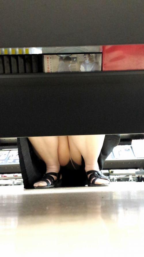 【ビデオ店盗撮】熟女のドスケベ股間がセクシーな棚下パンチラ! 33枚 No.8