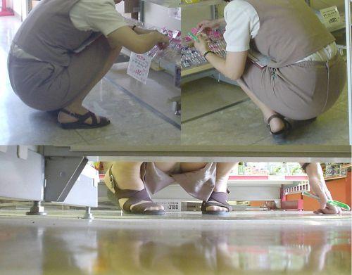 【ビデオ店盗撮】熟女のドスケベ股間がセクシーな棚下パンチラ! 33枚 No.19
