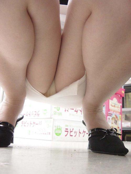 【ビデオ店盗撮】熟女のドスケベ股間がセクシーな棚下パンチラ! 33枚 No.29