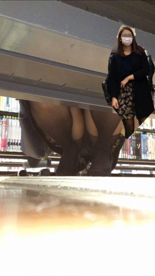 【ビデオ店盗撮】熟女のドスケベ股間がセクシーな棚下パンチラ! 33枚 No.31