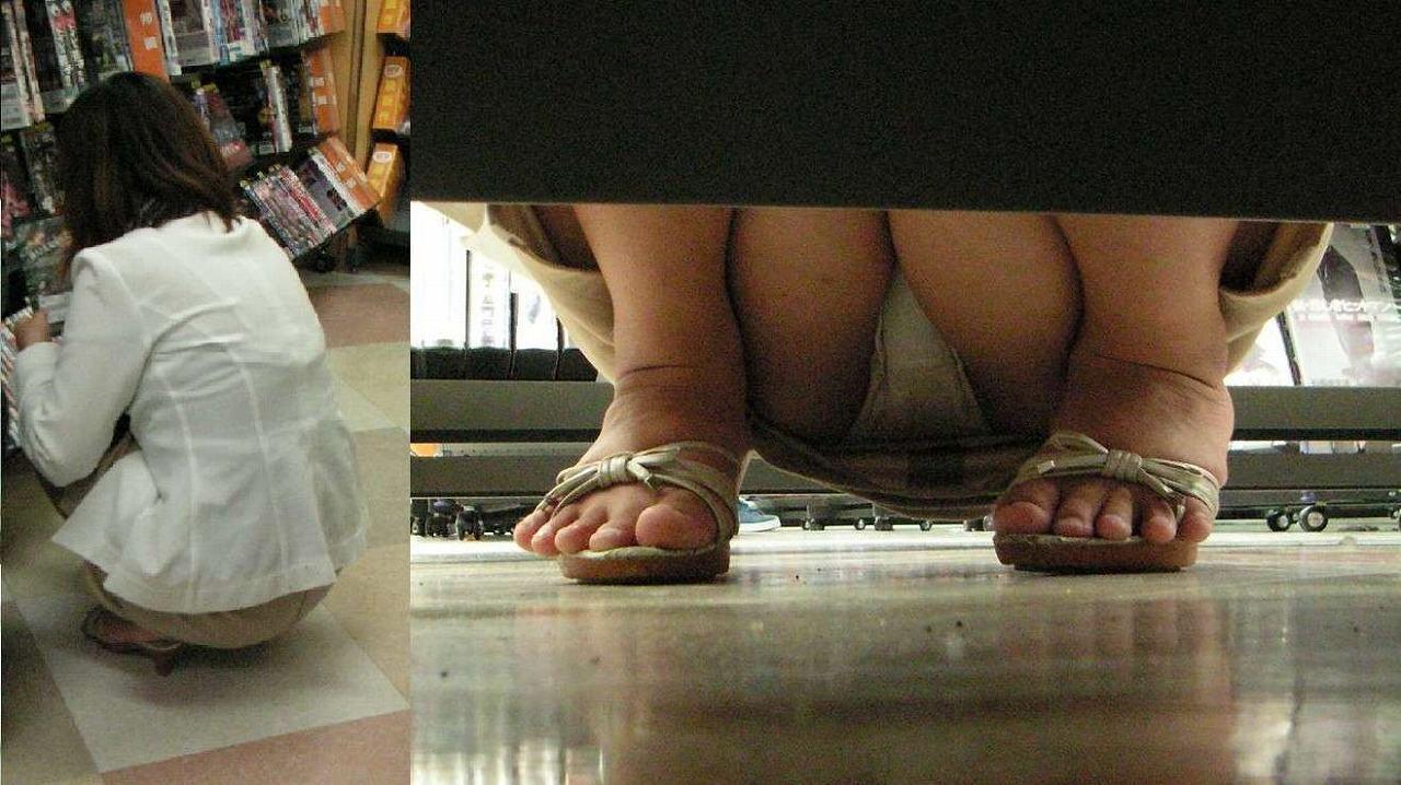(ビデオ店秘密撮影)人妻のドすけべ股間が色っぽいな棚下パンツ丸見え☆ 33枚