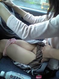 【画像】車内でマン毛、オマンコ丸出しでオマタ開いちゃう女達www 41枚 No.33
