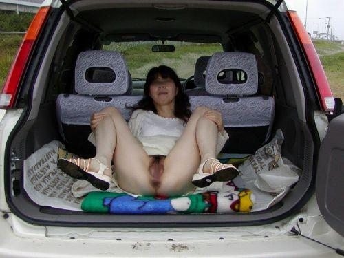 【画像】車内でマン毛、オマンコ丸出しでオマタ開いちゃう女達www 41枚 No.35